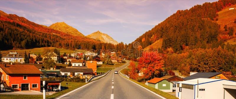 Paisagem dos cumes e da floresta suíços do parc nacional em Suíça Cumes de Suíça no outono Vila em Parc Naziunal SV foto de stock royalty free