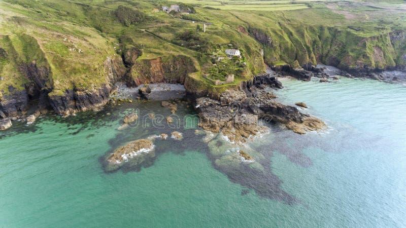 Paisagem dramática da costa córnico com angras, praias imagens de stock
