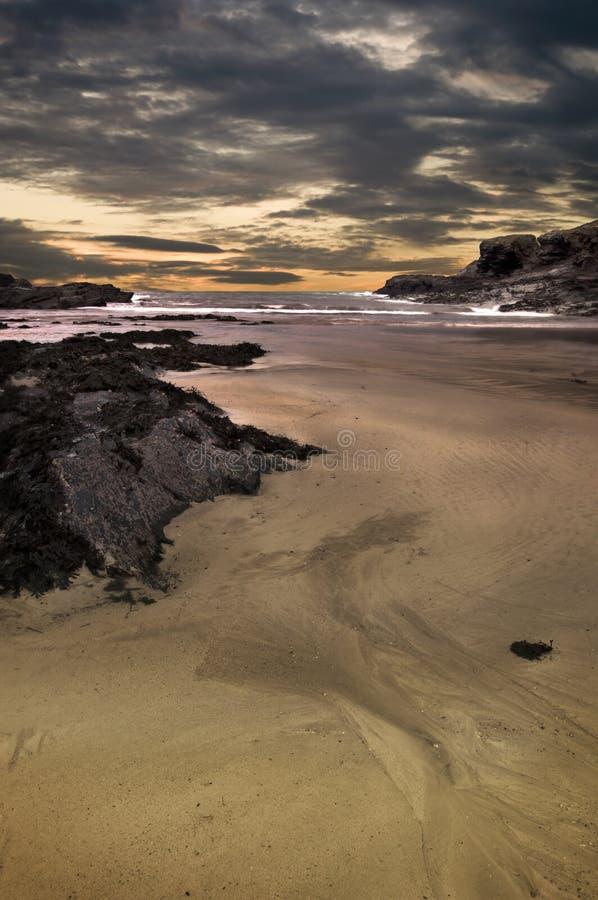 Paisagem dramática da praia com rochas foto de stock