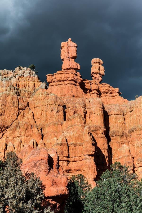 A paisagem dramática de formações coloridas do arenito aproxima a garganta vermelha foto de stock