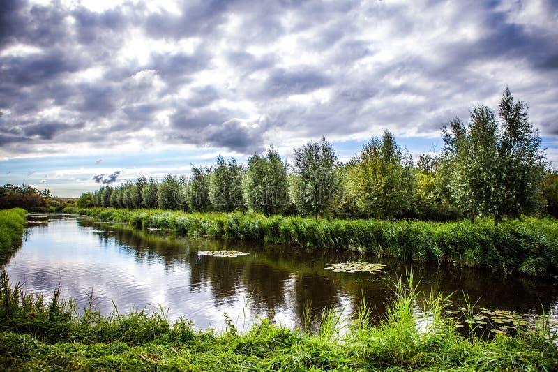 Paisagem e canais holandeses tradicionais bonitos foto de stock