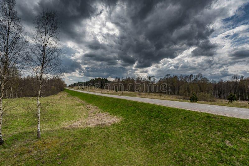 Paisagem e natureza de Lituânia com céu nebuloso Beira de Lituânia Rússia no fundo imagens de stock