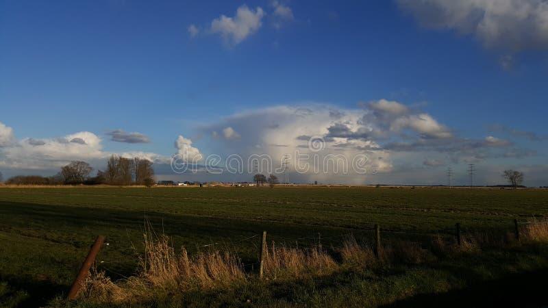 Paisagem e nuvens em holland foto de stock royalty free