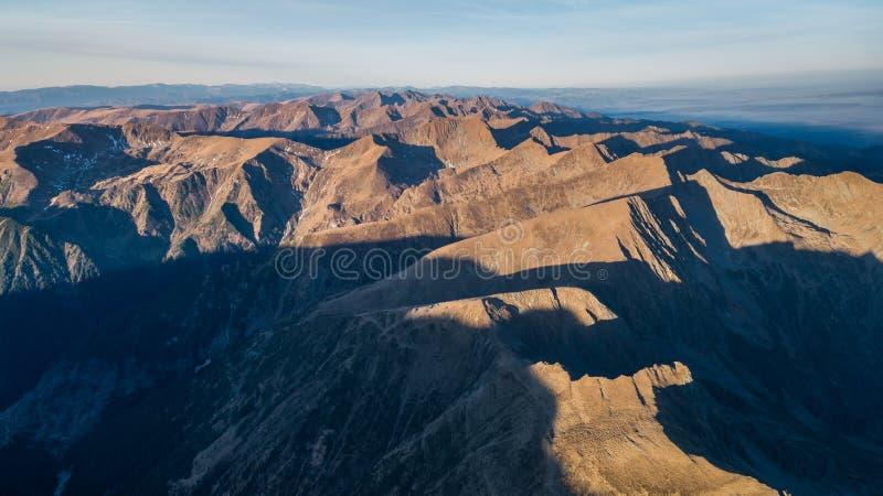 Paisagem em montanhas de Fagaras, Romênia da montanha foto de stock