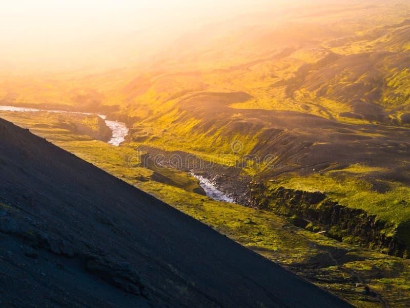 Paisagem em torno do desfiladeiro de Markarfljotsgljufur com o rio selvagem de Markarfljot Parte da fuga de Laugavegur, Islândia fotografia de stock