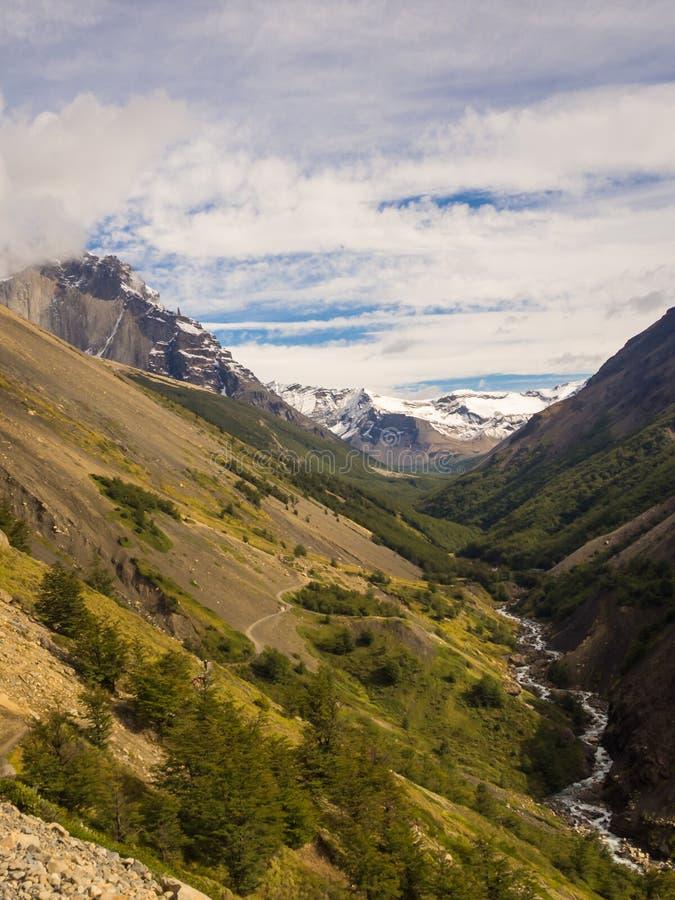 Paisagem em Torres del Paine Vale no parque nacional de Torres del Paine no Chile patagonia O rio e a escalada do trajeto imagem de stock royalty free