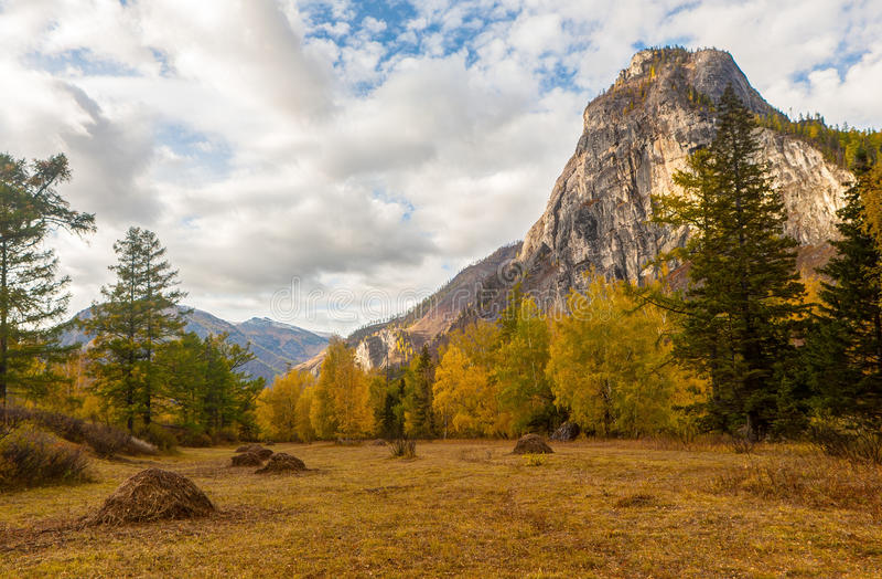 Paisagem em um vale da montanha fotografia de stock