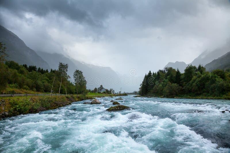Paisagem enevoada com o rio da geleira de Oldeelva em Noruega imagem de stock