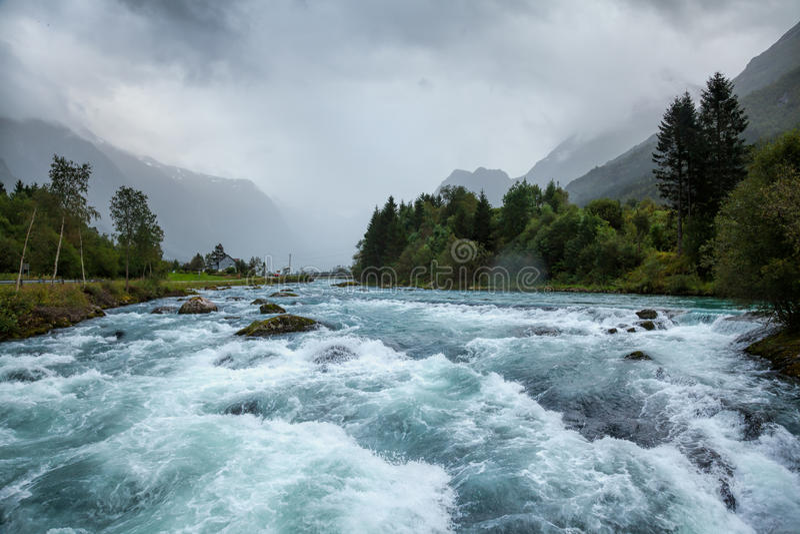 Paisagem enevoada com o rio da geleira de Oldeelva em Noruega foto de stock