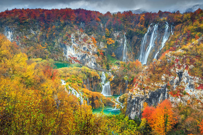 Paisagem espetacular do outono com as cachoeiras mágicas em lagos Plitvice, Croácia foto de stock