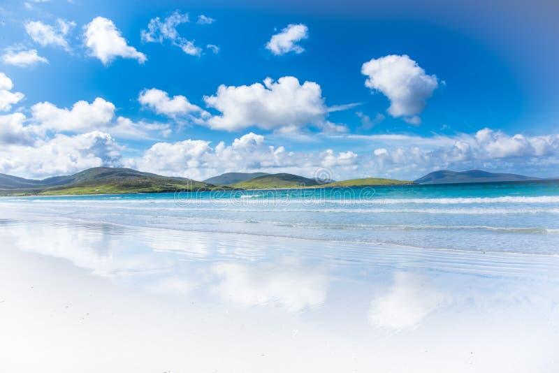 Paisagem exótica da ilha do paraíso com mar de turquesa, montanhas, o Sandy Beach bonito e o céu azul - ilha de Harris em Escócia foto de stock royalty free