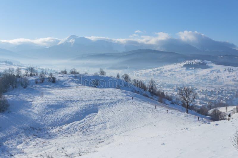 Paisagem fantástica do inverno e trajeto pisado do turista que conduzem nas montanhas Na véspera do feriado imagem de stock