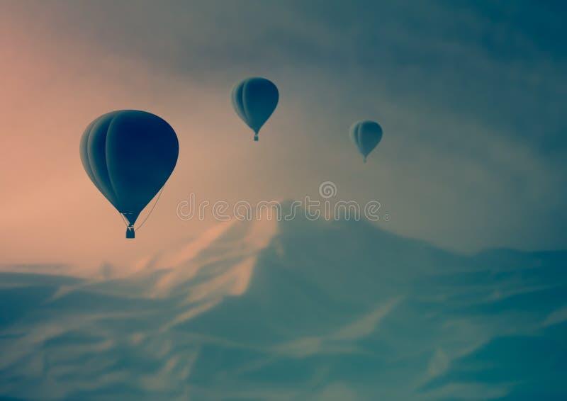 Paisagem fantástica Voo do balão de ar nas montanhas fotografia de stock royalty free