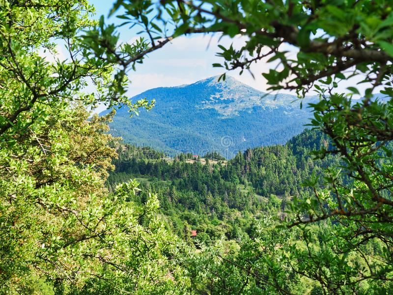 Paisagem grega da montanha, com a igreja pequena no monte meados de da distância, Grécia foto de stock royalty free