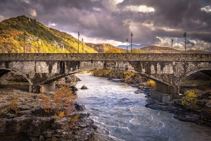 Paisagem grega do rio com uma ponte foto de stock