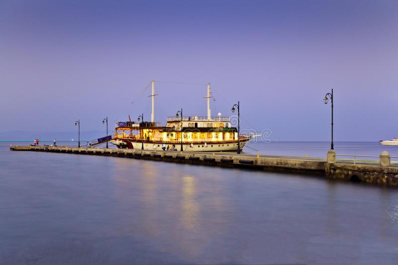 Paisagem grega O mar da cor bonita e do barco, o cais fotos de stock royalty free