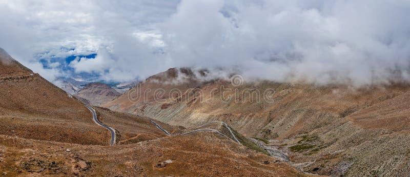 Paisagem Himalaia com estrada, Ladakh, Índia fotografia de stock