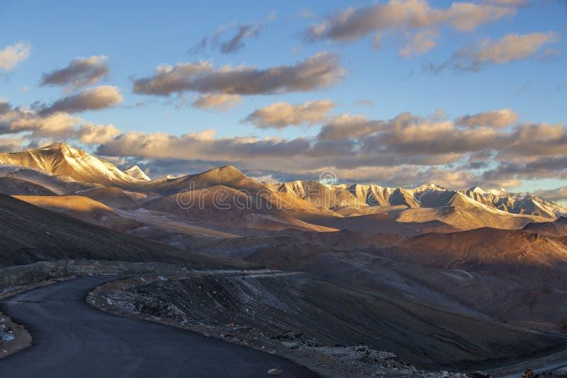 Paisagem Himalaia da montanha ao longo de Leh à estrada de Manali durante o nascer do sol Montanhas rochosas em Himalayas indiano imagem de stock