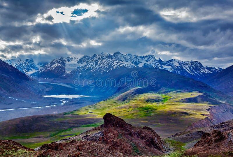 Paisagem Himalaia nos Himalayas com rio imagens de stock royalty free
