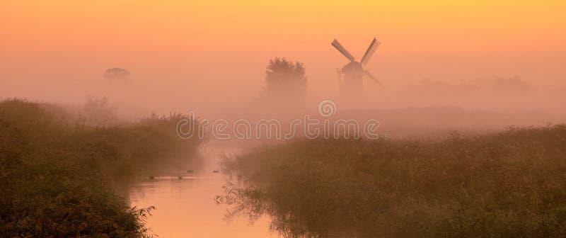 Paisagem holandesa com moinho de vento histórico foto de stock royalty free