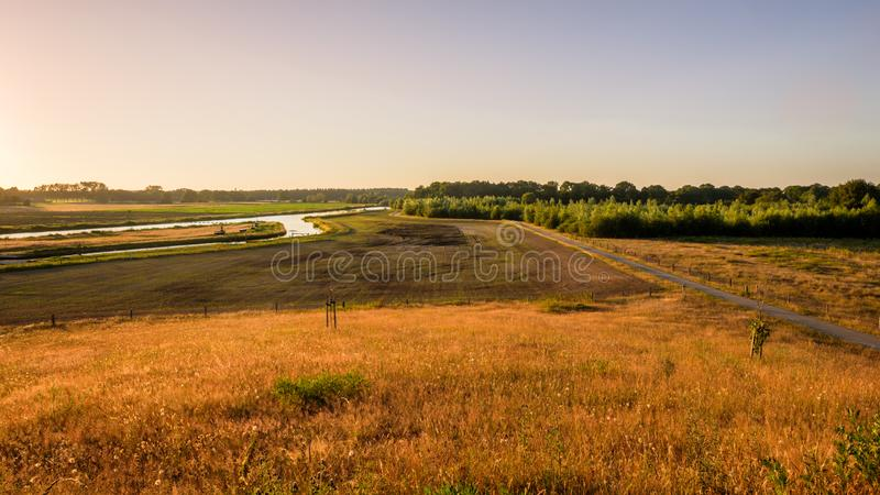 Paisagem holandesa do por do sol do vale do rio Vecht foto de stock