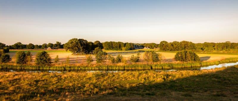 Paisagem holandesa do por do sol do vale do rio Vecht fotos de stock royalty free