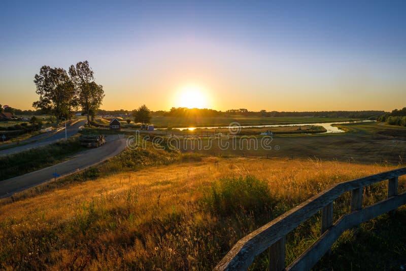 Paisagem holandesa do por do sol do vale do rio Vecht imagem de stock royalty free