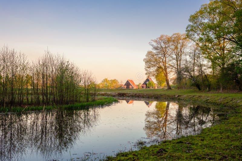 Paisagem holandesa do rio durante o por do sol perto da cidade de Almelo foto de stock royalty free