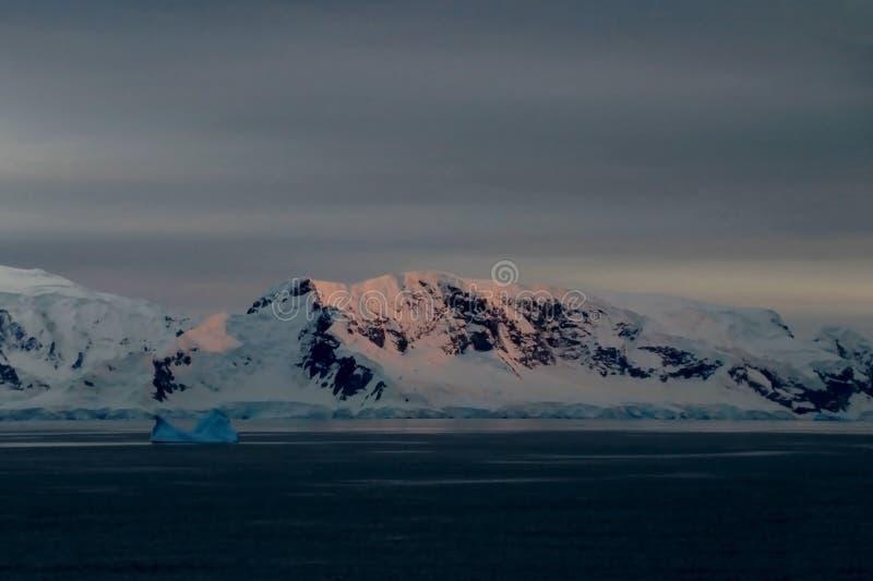 Paisagem, iceberg, montanhas e oceano da Antártica no nascer do sol fotografia de stock