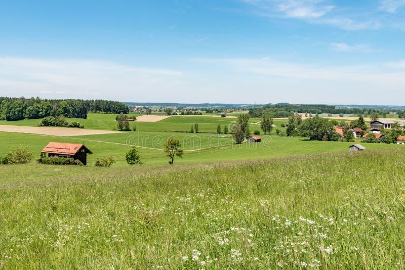 Paisagem id?lico com a cabana na frente do c?u azul em Alemanha Baviera fotografia de stock royalty free