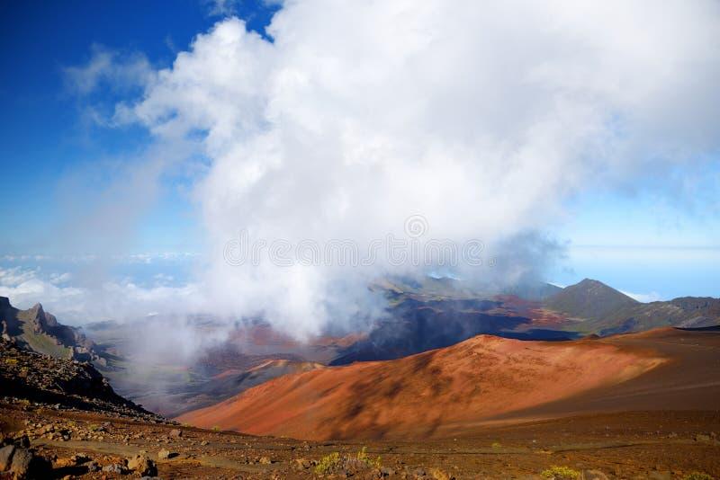 A paisagem impressionante da cratera do vulcão de Haleakala tomada das areias deslizantes arrasta São enchidos sempre com os veíc fotos de stock