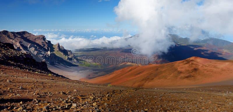 A paisagem impressionante da cratera do vulcão de Haleakala tomada das areias deslizantes arrasta São enchidos sempre com os veíc foto de stock royalty free