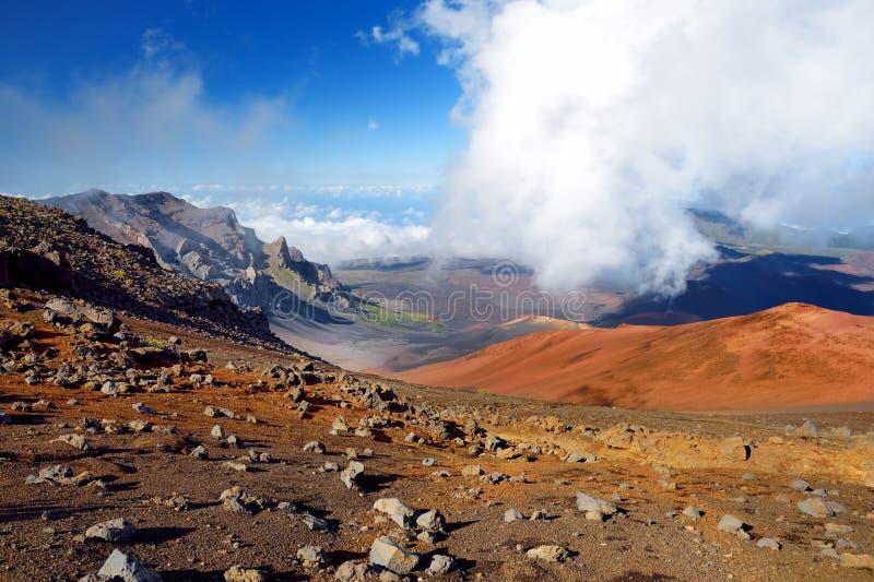 A paisagem impressionante da cratera do vulcão de Haleakala tomada das areias deslizantes arrasta São enchidos sempre com os veíc imagem de stock royalty free