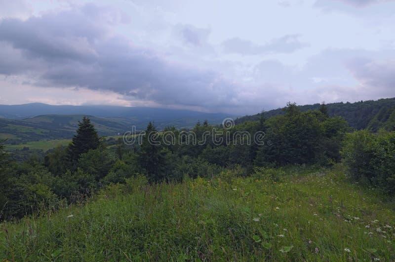 Paisagem impressionante da montanha de Ukrainan Carpathian Vista da parte superior da passagem de Verecke Dia de verão nebuloso imagens de stock royalty free