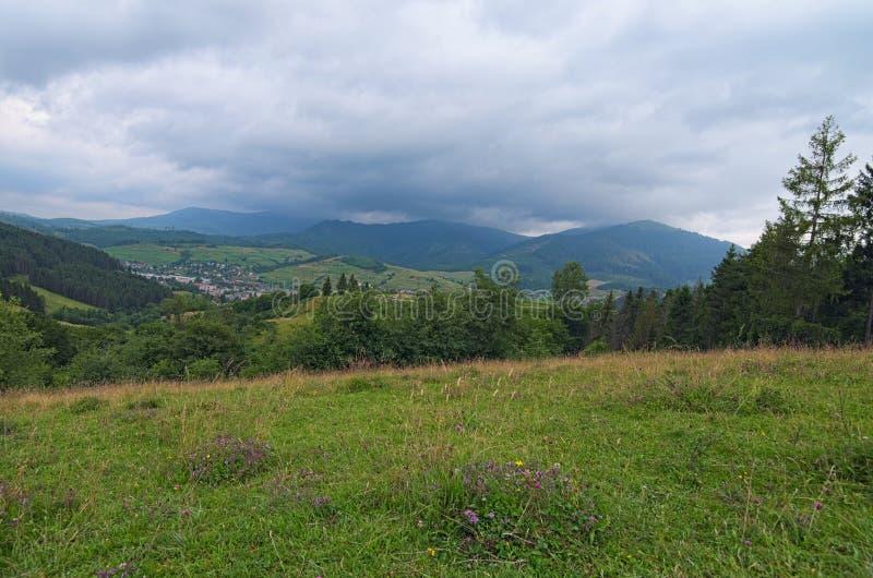 Paisagem impressionante da montanha de Ukrainan Carpathian Vista da parte superior da passagem de Volovets Dia de verão nebuloso imagens de stock royalty free