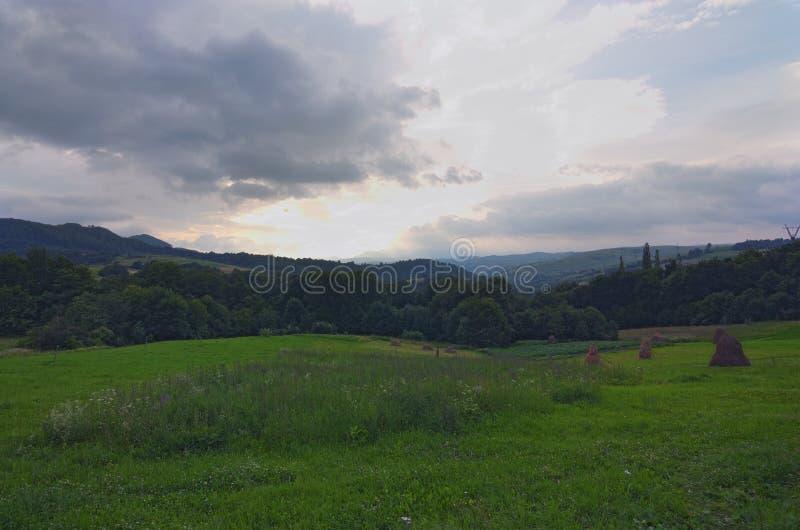 Paisagem impressionante da montanha de Ukrainan Carpathian Vista da parte superior da passagem de Volovets Sun nas nuvens Dia de  fotografia de stock royalty free