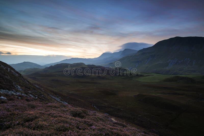 Paisagem impressionante da montanha do nascer do sol com cores vibrantes e Beau fotos de stock royalty free