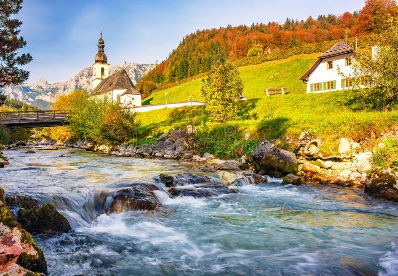 Paisagem incrível nos Alpes da Baviera Aldeia Ramsau bei Berchtesgaden no dia ensolarado do outono, Baviera, Alemanha foto de stock royalty free