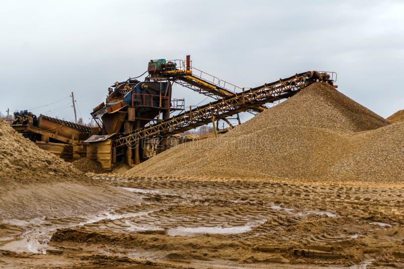Paisagem industrial com o separador da areia e do cascalho foto de stock royalty free