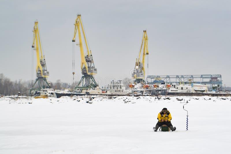 Paisagem industrial com pescadores fotografia de stock royalty free