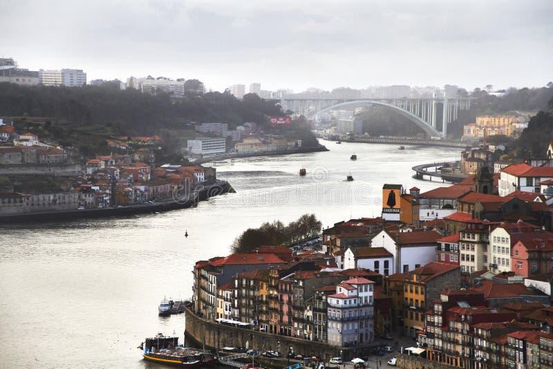 Paisagem industrial nevoenta do rio da cidade imagens de stock royalty free
