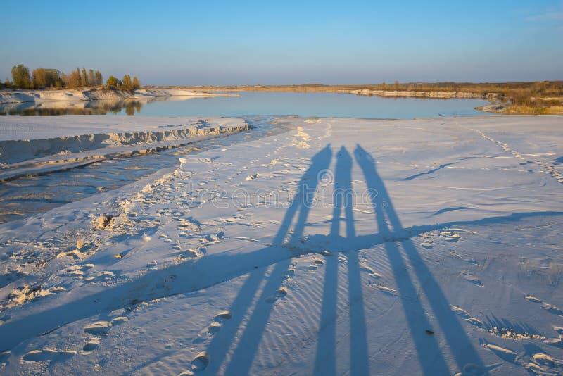 Paisagem industrial Sombras dos povos na costa do lago foto de stock royalty free
