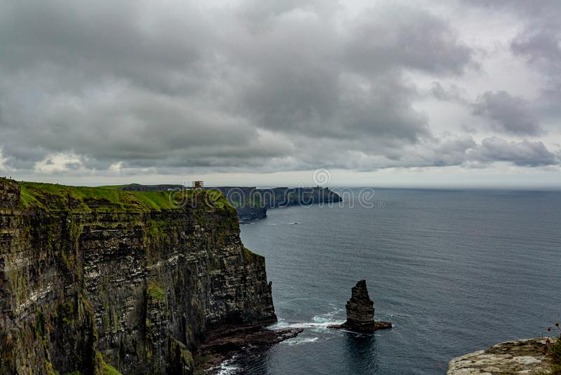 Paisagem irlandesa da costa dos penhascos de Moher e da pilha do mar de Branaunmore fotografia de stock