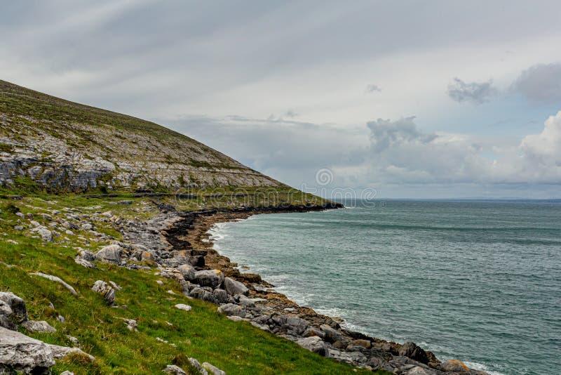 Paisagem irlandesa do mar e de uma montanha rochosa da pedra calcária fotos de stock royalty free