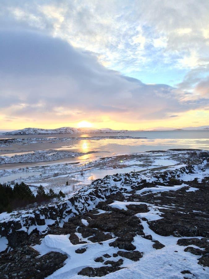 Paisagem islandêsa de Sun do inverno fotos de stock royalty free