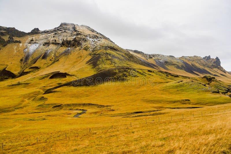 Paisagem islandêsa típica perto da vila de Skogar em Islândia fotos de stock royalty free