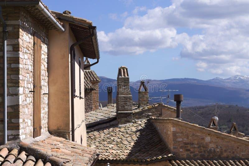 Paisagem italiana atrás dos telhados e das chaminés imagens de stock royalty free