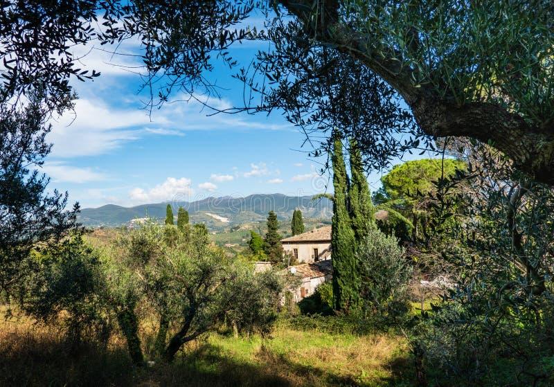Paisagem italiana típica cênico, com montes calmos, vegetação verde e as casas rústicas fotos de stock royalty free