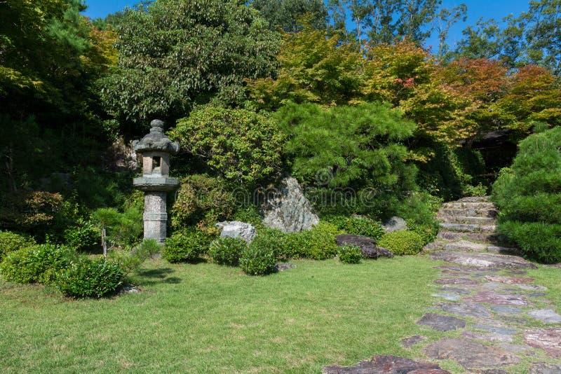 Paisagem japonesa do jardim, estátua de pedra do pagode imagem de stock royalty free