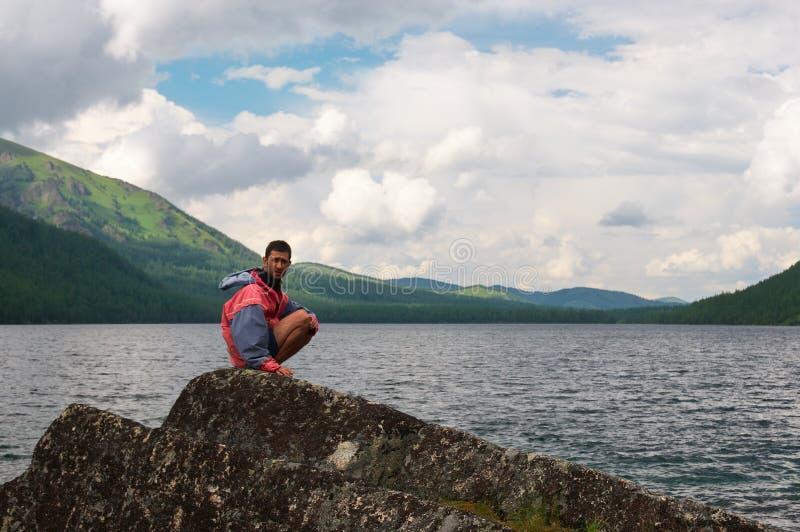 Paisagem, lago e homens das montanhas. fotos de stock